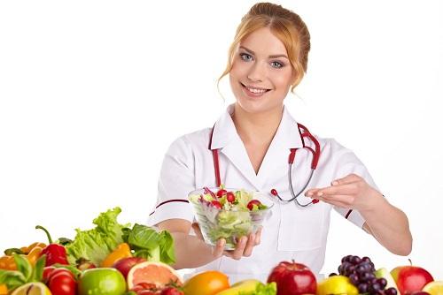 врач с едой